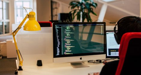 Miljöbild från Panangs kontor i Falun. En medarbetare sitter vid datorn.