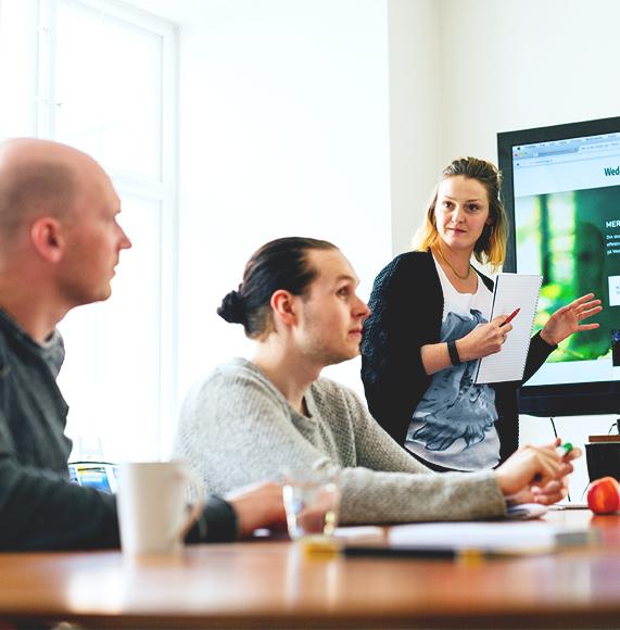Miljöbild från Panangs kontor i Falun. En medarbetare håller en presentation.