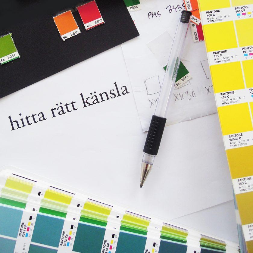 Penna, färgprover och anteckningar på ett papper med texten hitta rätt känsla.