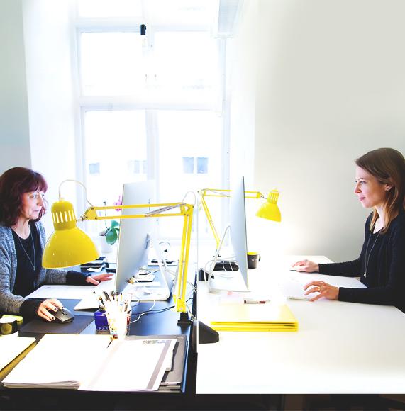 Miljöbild från Panangs kontor i Falun. Medarbetare sitter vid sina datorer.