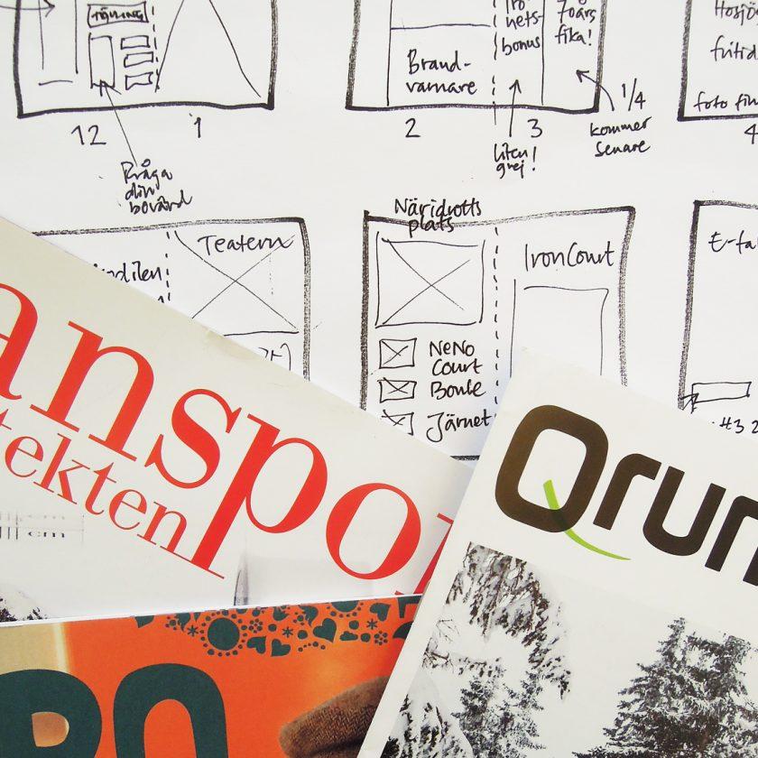 Tre kundtidningar liggande på ett papper med skisser av en tidning.