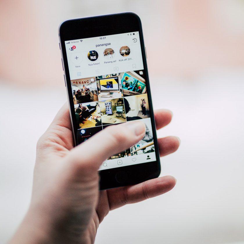 Hand som håller i en smartphone med Instagram.