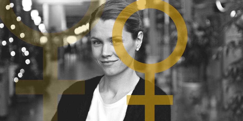 Svartvit bild på Mimmi Sjöberg, en av initiativtagarna till #sistabriefen inramad av två kvinnosymboler