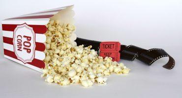 Biografpopcorn tillsammans med biobiljett och filmremsa