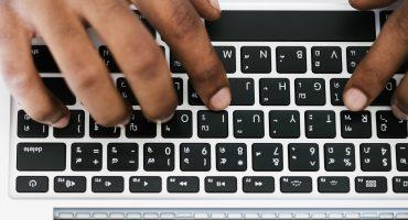 Fingrar skriver på ett tangentbord