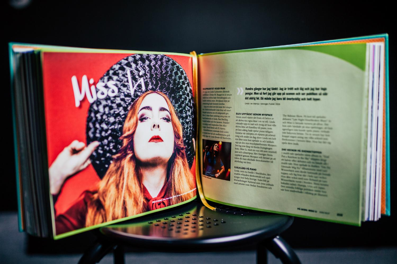 """Ett uppslag ur boken Dancing the Whole Way Home som visar Linda """"Miss Li"""" Karlsson"""