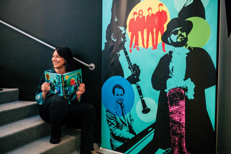Panangs AD och projektledare Cecilia Hagen Nilsson sitter i en trapp och bläddrar i boken Dancing the Whole Way Home