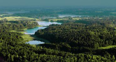 Drönarbild över skog och sjöar